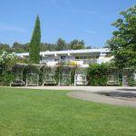 Le bâtiment de l'ARAMAV vu des jardins