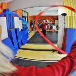 Femme effectuant des mouvements avec des rubans colorés face à un miroir